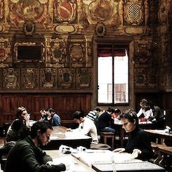 studenti in biblioteca