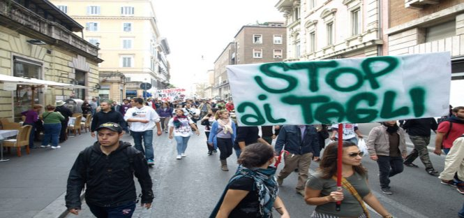 Protesta studenti alle Poste: in mutande per borse studio